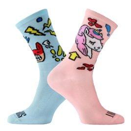 Różowo-błękitne skarpetki kolarskie z jednorożcem. Hasła: Love i Angry
