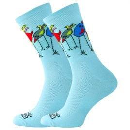 Błękitne skarpetki w kolorowe, zwariowane i zakręcone ptaki.